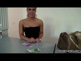 agente checa chica clavada por desconocido a cambio de dinero en efectivo