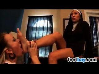 monja con un mal estudiante se divierte con los pies