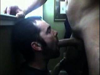 hetero casado le mete la verga a un gay que le pide toda la leche de su polla