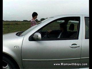 abuela con problemas de coche obtiene ayuda y jodido