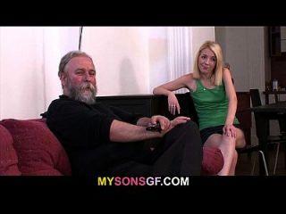 hombre enojado encuentra a su señora con su papá