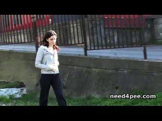 coño caliente pollitos adolescentes meando de un puente