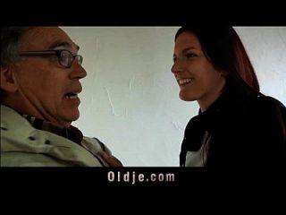 viejo vendedor folla joven coed en una reunión
