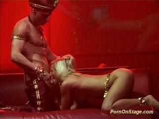 sexo acrobático flexi en escena pública