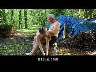 perv old spanks y folla teenie en el bosque