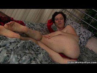 madre madura trabaja su coño peludo