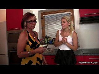 caliente madura y adolescente escena lesbiana en la cocina