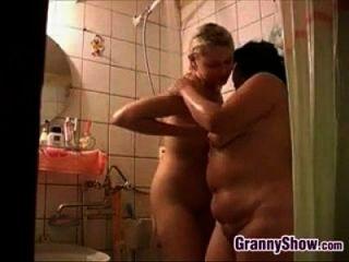 abuelita y una linda chica en la ducha