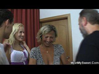 rubia checa involucrada en el trío de la familia
