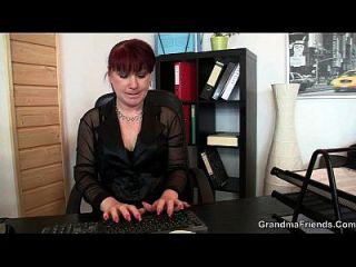 encantadora dama de oficina disfruta de dos pollas a la vez