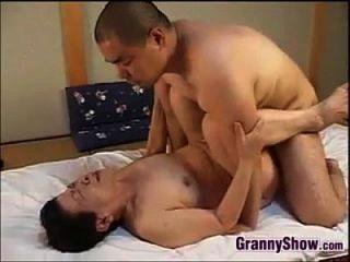 abuela japonesa dando una gran mamada