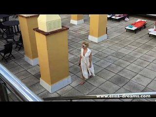 desnudo desnudo en los pasillos del hotel
