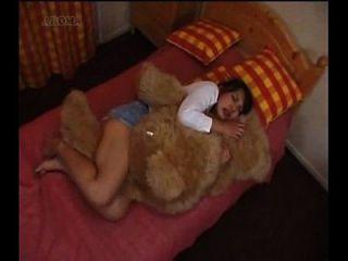 chica japonesa humping un oso de peluche