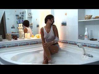 hermosa adolescente rusa tiene increíble orgasmo en la bañera