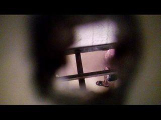 espiando a mi vecino en el baño
