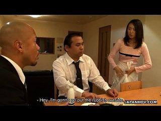 criada asiática chuparlo delante de su cliente