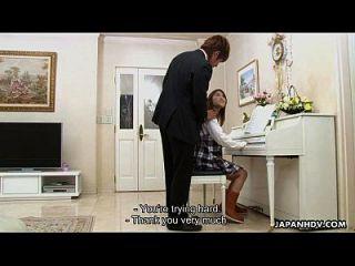 piano tocando adolescente para chupar su flauta de cuero