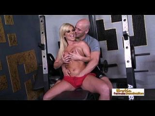 busty rubia obtiene un orgasmo de su entrenador de entrenamiento de dick grande