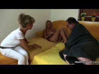 rubia desnuda involucrada en la familia 3some