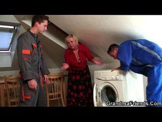 abuelita traviesa complace a dos reparadores