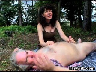 espías adolescentes traviesos y se une a pareja madura tener relaciones sexuales al aire libre