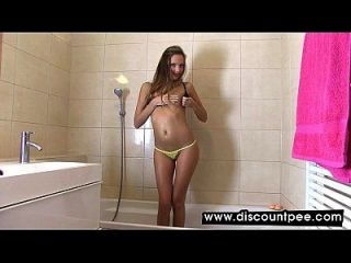 sexy se masturba en la bañera y mea
