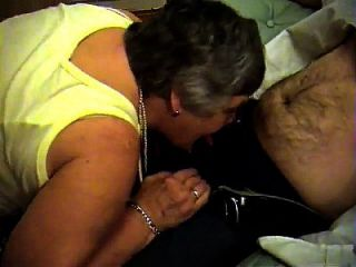 abuela libby de epikgranny.com da mamada y footjob