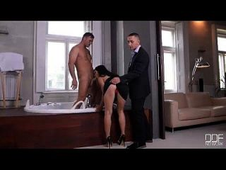 dos adolescentes ninfas de euro tienen sexo en grupo en jacuzzi de lujo