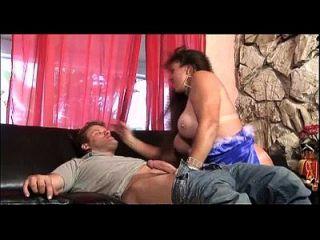 amordazando en el pene es una necesidad para esta puta pechugona