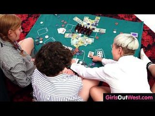 tres lesbianas aficionados lamen coños peludos y culos