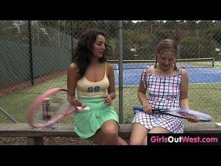 sofá femenino caliente del tenis lamió por su aprendiz linda de lesbianas