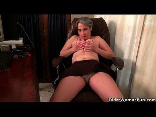 vieja secretaria kelli tiras y los dedos de su coño peludo