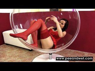 caliente bebé en medias rojas meando en un tazón