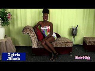 skinny black tgirl tira de su schlong