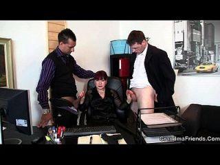 dos tíos follan la mamá caliente de la oficina