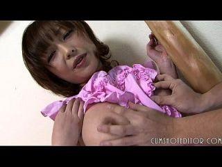 sumisa criada japonesa tomando una carga de grasa en su cara inocente