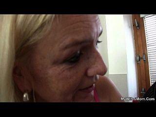caliente vieja madre y niño maldito escena