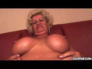 abuela traviesa leyendo porno revista hasta que se moja