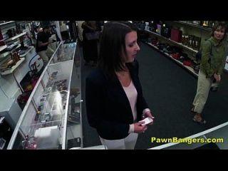 el dueño de la tienda descarado golpea el coño del cliente