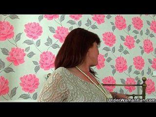 milf janey británico se masturba su coño sin afeitar
