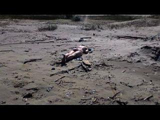 namorada novinha gostosa tomando sol en la playa de biquini fio dental