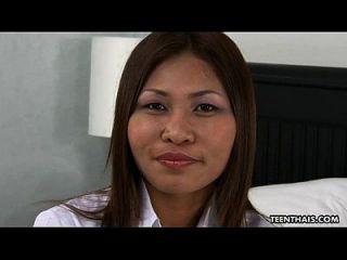 Linda puta tailandesa obtiene su coño mojado creampied