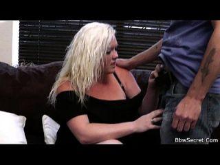 marido engañando con sexy rubia plumper
