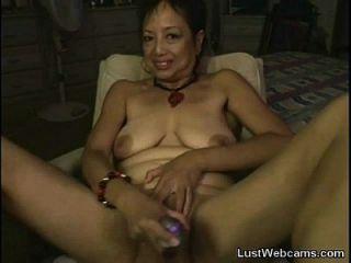 la abuela asiática se masturba en la webcam