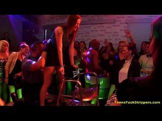 chicas guapo loco exponer strippers cfnm en la fiesta