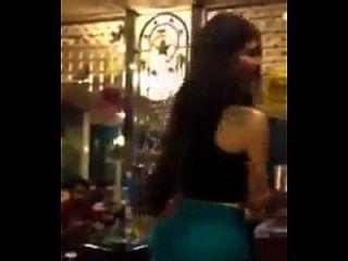 chica libanesa bailando en la cafetería