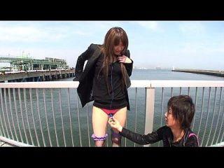 japonés al aire libre desnudando y vibrador burlas subtitulado