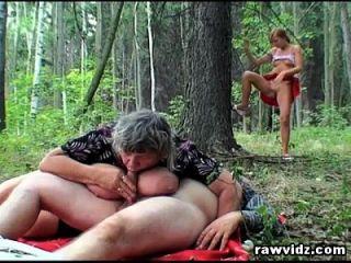 voyeur teen se une a la vieja pareja en el bosque para un trío