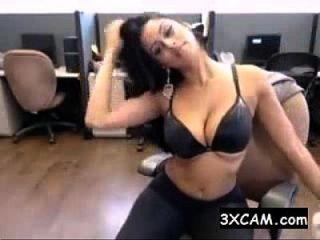 sexy desi indio adolescente frotándose a sí misma en la oficina