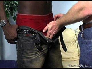 dakota tiene un poco de diversión viril con un negro